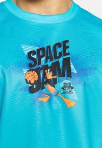 Outerstuff - JUMP BALL SPACE JAM 2 SHOOTER TEE - Club wear - teal - 5