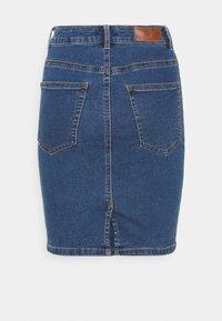 Vero Moda Petite - VMHOT NINE PENCIL  - Falda de tubo - medium blue denim - 1