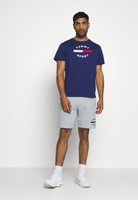 Tommy Hilfiger - TEE - T-shirt z nadrukiem - blue - 1