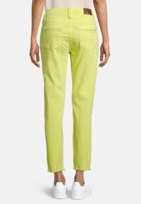 Betty Barclay - MIT OFFENEM SAUM - Slim fit jeans - neon yellow - 2