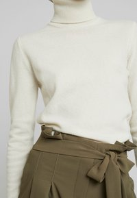Benetton - TURTLE NECK - Strickpullover - white - 5