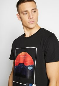 Jack & Jones - JCOSCAPE TEE CREW NECK ON - Print T-shirt - black - 4