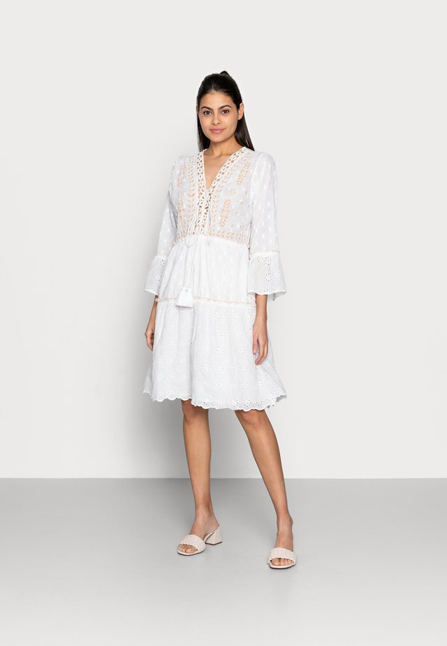 DRESS EMBROIDERY PLUMETIS - Day dress - white