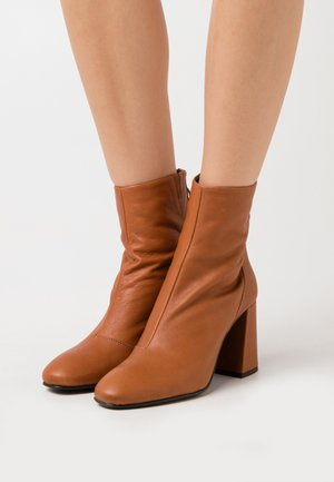 VMCILLA BOOT - High heeled ankle boots - cognac