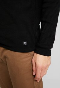 TOM TAILOR DENIM - ZIGZAG STRUCTURED CREWNECK - Stickad tröja - black - 6