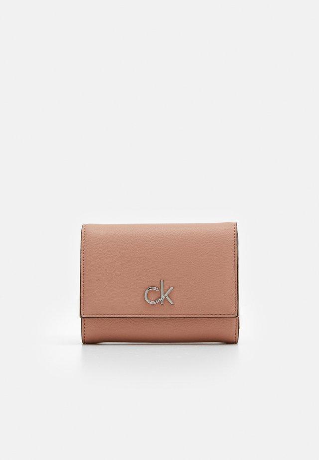 TRIFOLD - Peněženka - pink