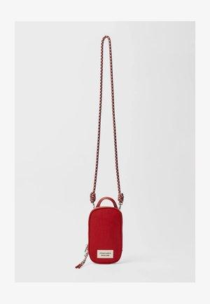 REISE-PORTEMONNAIE MIT PATCHWORK - Phone case - dark red