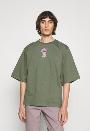 COOPER TEE - Print T-shirt - army
