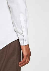 Calvin Klein Tailored - CONTRAST PRINT SLIM SHIRT - Formal shirt - white - 3