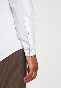 Calvin Klein Tailored - CONTRAST PRINT SLIM SHIRT - Formal shirt - white - 3