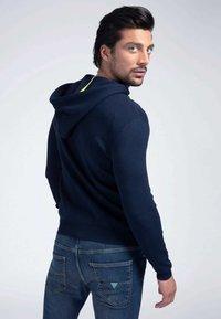 Guess - veste en sweat zippée - blau - 2