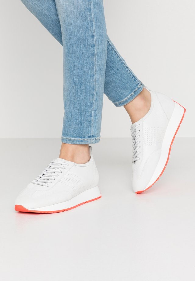 LEVEL - Trainers - bianco/red