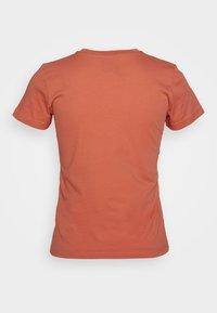 Peak Performance - Print T-shirt - clay red - 1