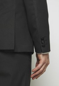 Isaac Dewhirst - RECYCLED TUX SLIM FIT - Completo - black - 8