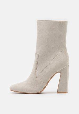 NARESSA - Højhælede støvletter - grey