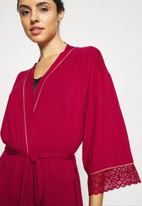 Triumph - AMOURETTE SPOTLIGHT ROBE - Dressing gown - rosso masai - 3