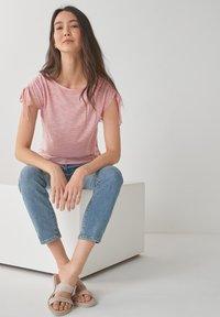 Next - DRAWSTRING - T-shirt med print - pink - 3