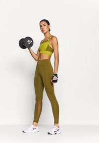 Nike Performance - POCKET BRA PAD - Sport BH - tent/olive flak/volt - 1