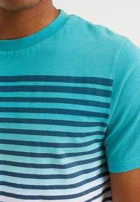 WE Fashion - GESTREEPT  - Print T-shirt - mint green - 4