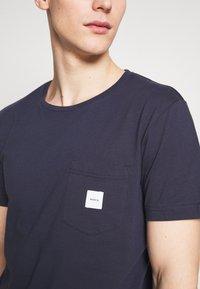 Makia - SQUARE POCKET - Basic T-shirt - dark blue - 4