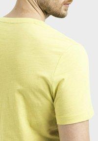 camel active - MIT PLATZIERTEM FOTOPRINT - Print T-shirt - kiwi - 4