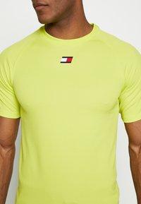 Tommy Sport - TRAINING CHEST LOGO  - Print T-shirt - green - 5
