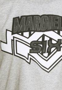 MM6 Maison Margiela - Camiseta estampada - grey - 6