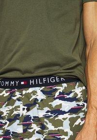 Tommy Hilfiger - WOVEN SET PRINT - Pyjamas - green - 4