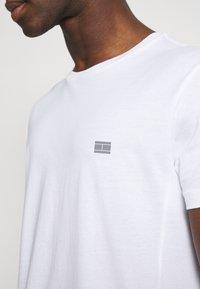 Tommy Hilfiger - MODERN ESSENTIALS PANELED TEE - Basic T-shirt - white - 5