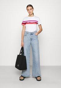 KARL LAGERFELD - STRIPE GRAPHIC LOGO - Print T-shirt - white - 1