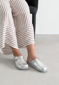 Genuins - Slippers - silber - 0