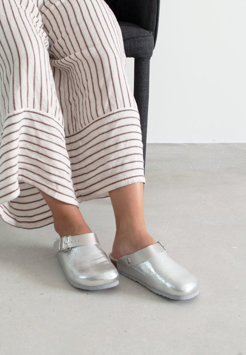 Genuins - Slippers - silber