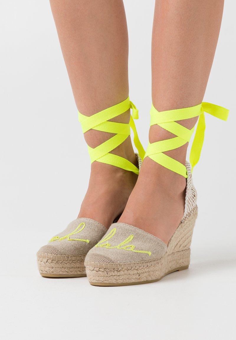 Vidorreta - High heeled sandals - lino piedra/mensaje amaril