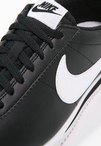 Nike Sportswear - CORTEZ - Sneaker low - black/white - 6