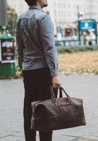 Gusti Leder - RUBEN - Weekend bag - walnut - 0