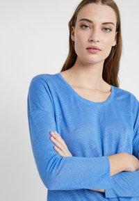 CLOSED - WOMEN´S - Long sleeved top - bluebird - 4