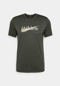 Nike Performance - DRY TEE  ATHLETE CAMO - Camiseta estampada - sequoia - 3