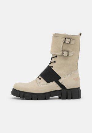 SAURA - Šněrovací kotníkové boty - morat/off white/black