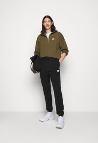 Martin Asbjørn - TRACKPANTS - Pantalon de survêtement - black - 1