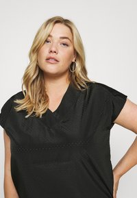 ONLY Carmakoma - CARCARLY IN ONE V NECK - Print T-shirt - black - 3