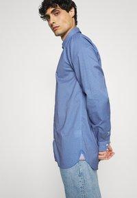 Tommy Hilfiger - FLEX GEO FLORAL PRINT REGULAR FIT - Shirt - copenhagen blue/white/ yale navy - 3