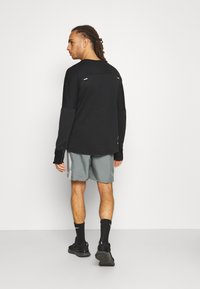 Nike Performance - SPHERE ELEMENT CREW EKIDEN - Sweatshirts - black/cyber - 2