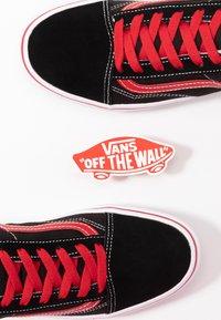 Vans - COMFYCUSH OLD SKOOL - Zapatillas - black/red - 6