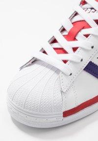 adidas Originals - SUPERSTAR - Sneakers laag - footwear white/purple/scarlet - 5