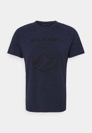 MOUNTAIN MEN - T-shirt med print - marine