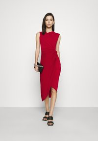 WAL G. - SIDE KNOT DRESS - Vestido de cóctel - cherry - 1