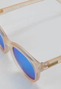 Le Specs - HEY MACARENA - Sunglasses - raw sugar/neon pink - 2