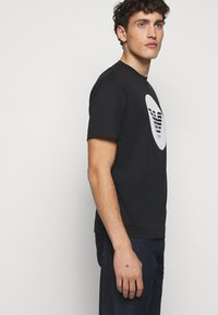 Emporio Armani - T-shirts print - black - 4