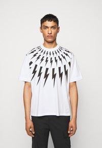 Neil Barrett - FAIRISLE THUNDERBOLT - T-shirt imprimé - white/black - 0