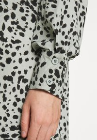 Missguided - DIP BACK SHIRT DRESS DALMATIAN - Skjortekjole - powder blue - 4